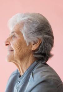 امرأة سبعينية تستعيد صوتها بفضل تقنية جديدة
