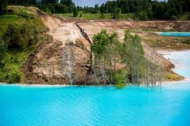 بالصورة:بحيرة فيروزية روسية مميزة بألوانها العجيبة