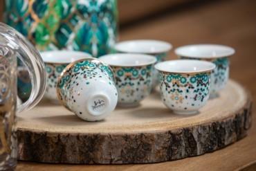 أدوات منزلية باللون الأخضر الزمرّدي من صلصال