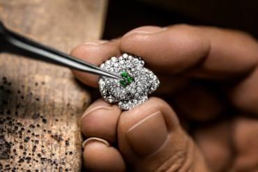 المهارة الحرفيّة لحقائب ديور المرصّعة بالمجوهرات