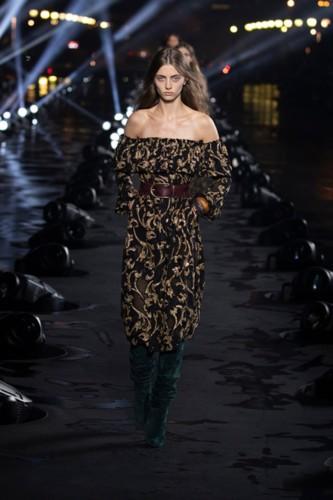الفساتين المطرزة من سان لوران