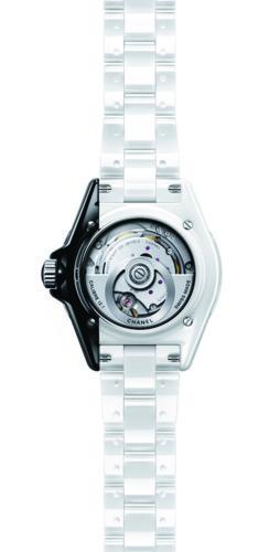 ساعة J12 شكل مميز وجاذبية فريدة