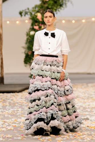 شانيل وفساتين بروعة قصص الخيال