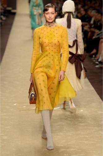 كم مرّة ارتدت جيجي حديد اللون الأصفر المضيء؟