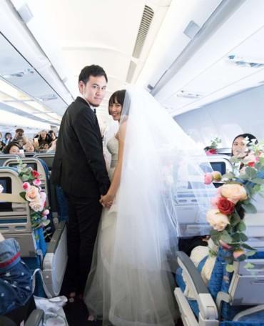 كاثي دراجون تستضيف مسابقة زفاف في الجو على ارتفاع 35 ألف قدم