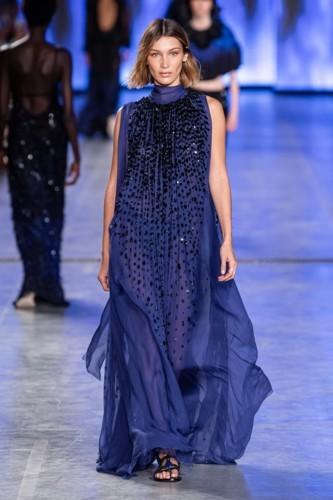 تصاميم ألبيرتا فيريتي تحاكي المرأة الديناميكية العصرية