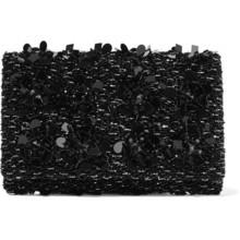 اختاري حقيبة الكلاتش السوداء لإطلالة مميّزة