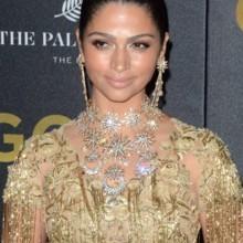 زوجة الممثل ماثيو ماكونهي تشع بالذهبي