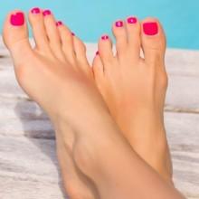4 حيل ليدوم طلاء أظافر القدمين على الشاطىء