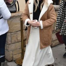 """طريقة جديدة لارتداء معطف """"الشيرلينغ"""" على غرار سيينا ميلر"""