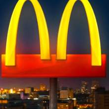 ماكدونالدز تعدل شعارها بسبب فيروس كورونا