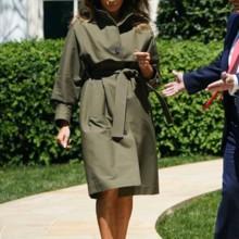 معطف ميلانيا ترامب يجذب الأنظار، كم بلغ ثمنه؟
